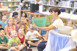 """California Food Literacy Center Volunteer Reads """"The Little Red Hen (Makes a Pizza)"""" to Children"""